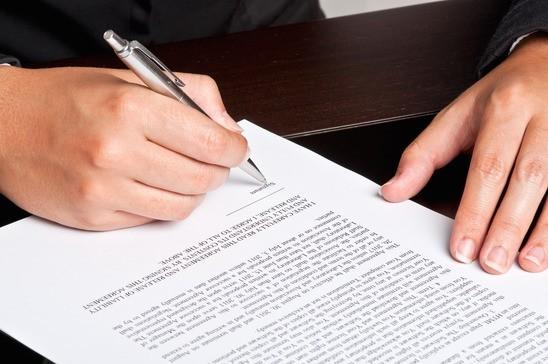 en kontrakt bliver underskrevet