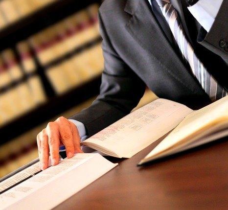 en advokat arbejder med papirer i en bog