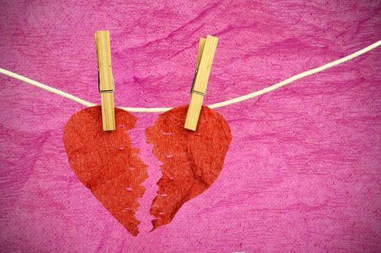 et papirhjerte der symboliserer skilsmisse