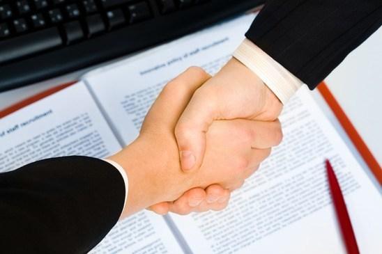 en ansættelseskontrakt underskrives